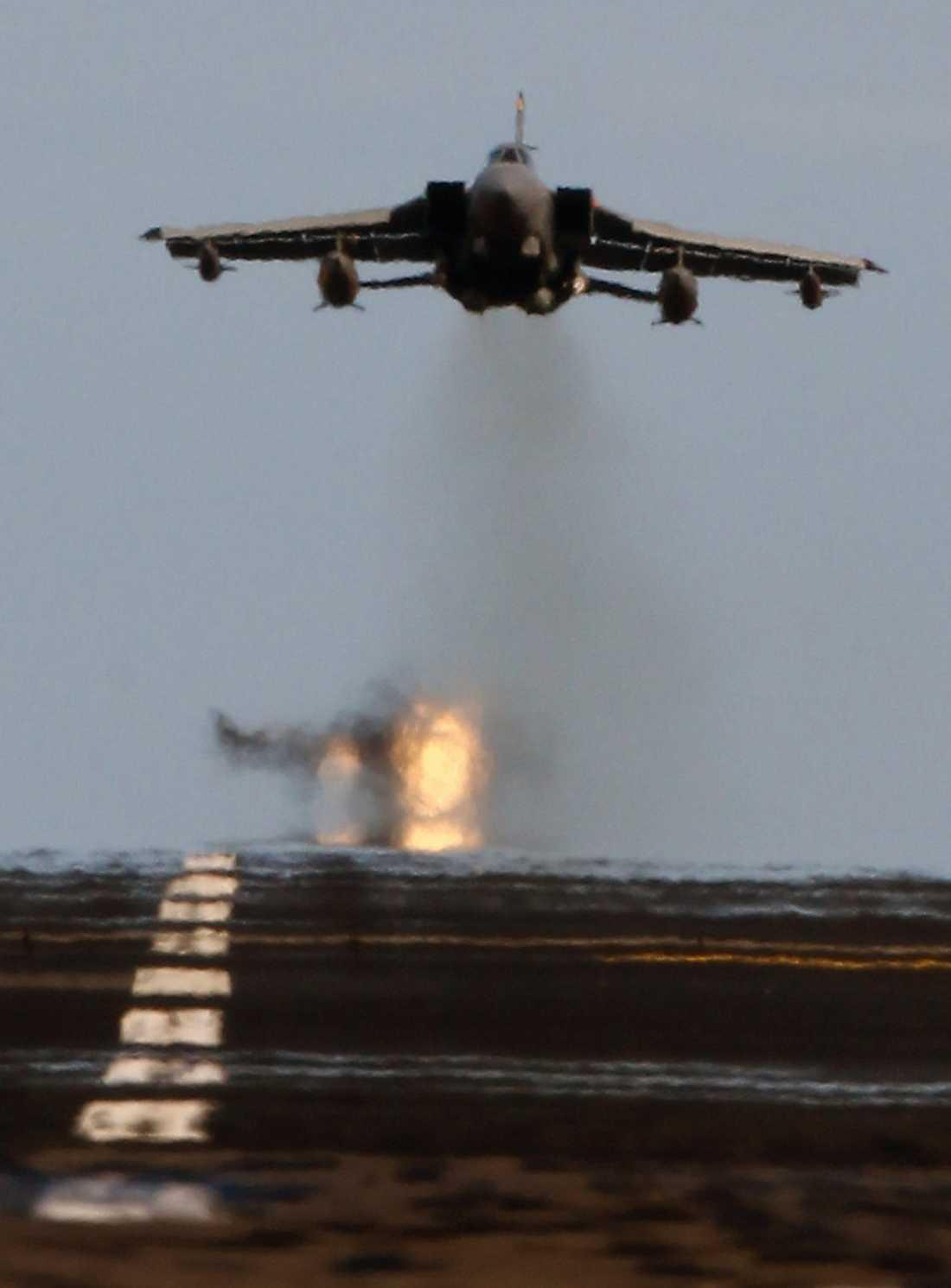 RAF Tornados flyger över den brittiska flygbasen Lossiemouth i Skottland.