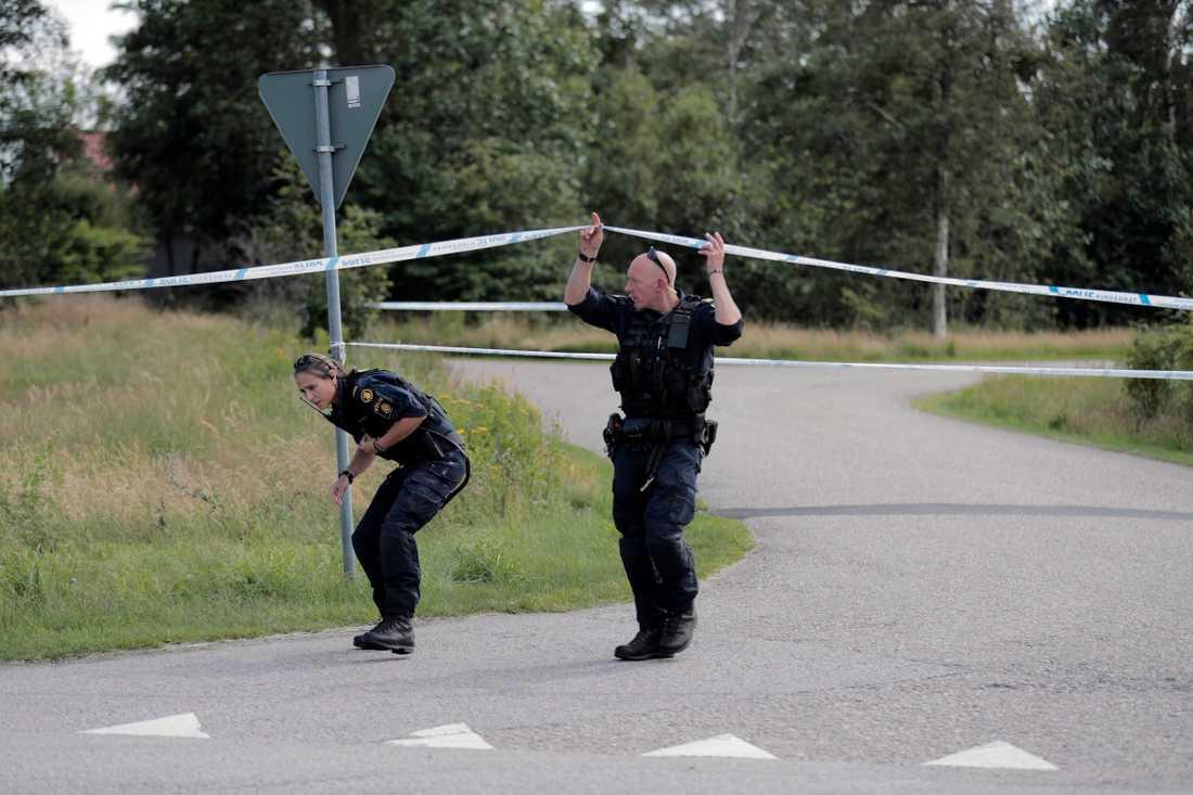 Polis på plats efter att en man på cykel knivstuckit en kvinna.