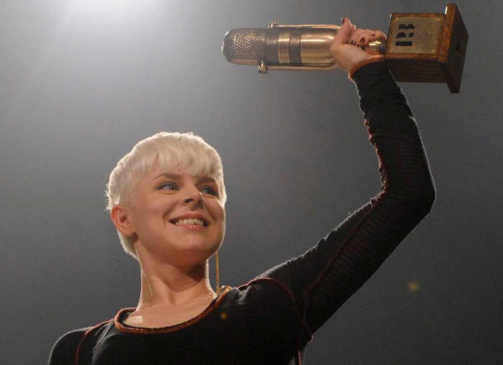 Robyn med ett av sina priser.