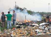 """romska läger bränns ner 2008 attackerades ett flertal romska bostäder i Italien och brändes ner till marken. Premiärminister Silvio Berlusconi driver en kamp mot romerna och vill att de """"kastas ut eller samlas i ett stort läger i Östeuropa""""."""