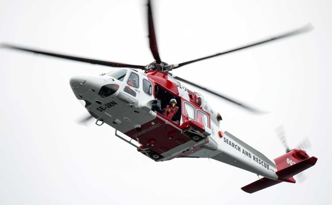 En färja har fått motorhaveri på öppet hav mellan Holmön och Umeå. Passagerarna evakuerades med helikopter.