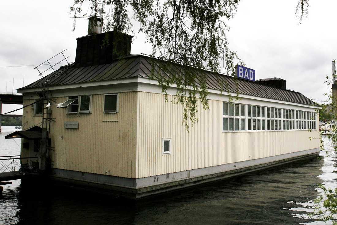 Liljeholmsbadet inbäddad i grönskan vid Hornstull.