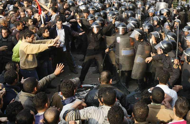 Regimen placerade ut säkerhetsstyrkor och förbjöd alla demonstrationer i Egypten för att få slut på protesterna mot ledaren Hosni Mubarak. Folket däremot förväntar sig att händelserna i Tunisien ska sprida sig till landet och störta Mubarak.