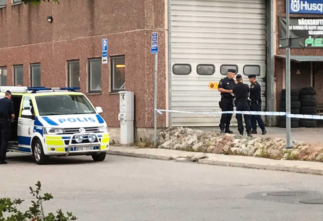 En person har skjutits i Upplands Väsby.