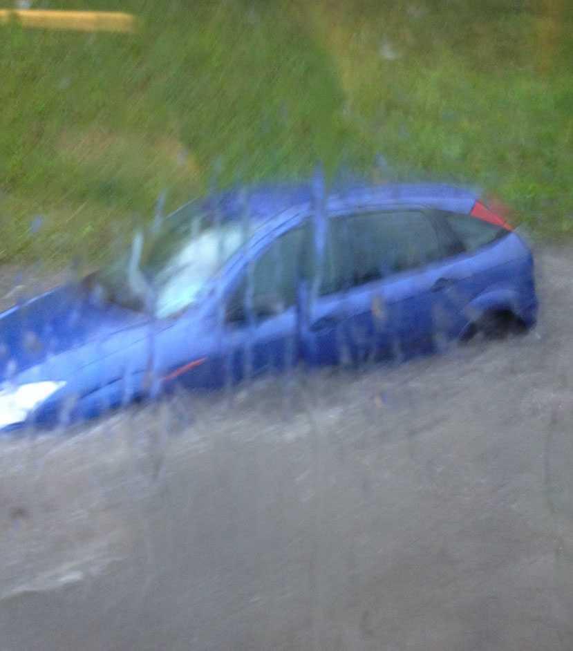 """""""Bilar har fastnat i vattenmassor, någon har simmat från bilen"""", säger polisen."""