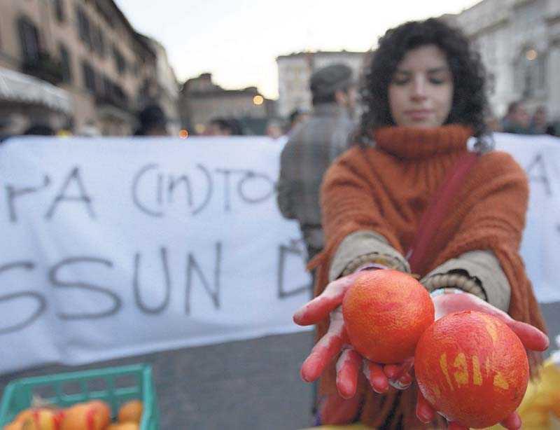 Människor samlades i Rom för att demonstrera mot behandlingen av imigranter i Italien. Nu fruktar Tobias Billström att Italiens system kan komma att införas i Sverige.