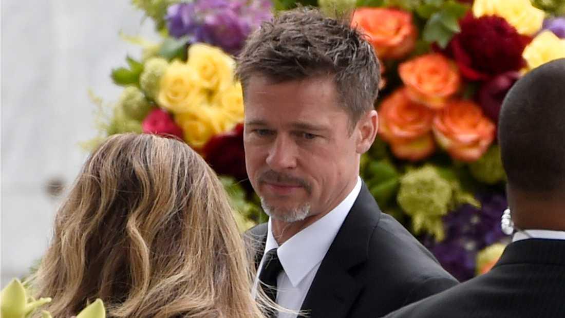 Brad Pitt på Chris Cornells begravning.