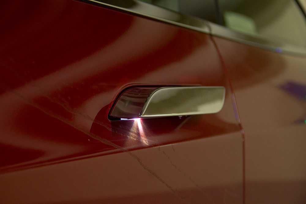 Handtagen åker in och ut automatiskt, om man närmar sig bilen.
