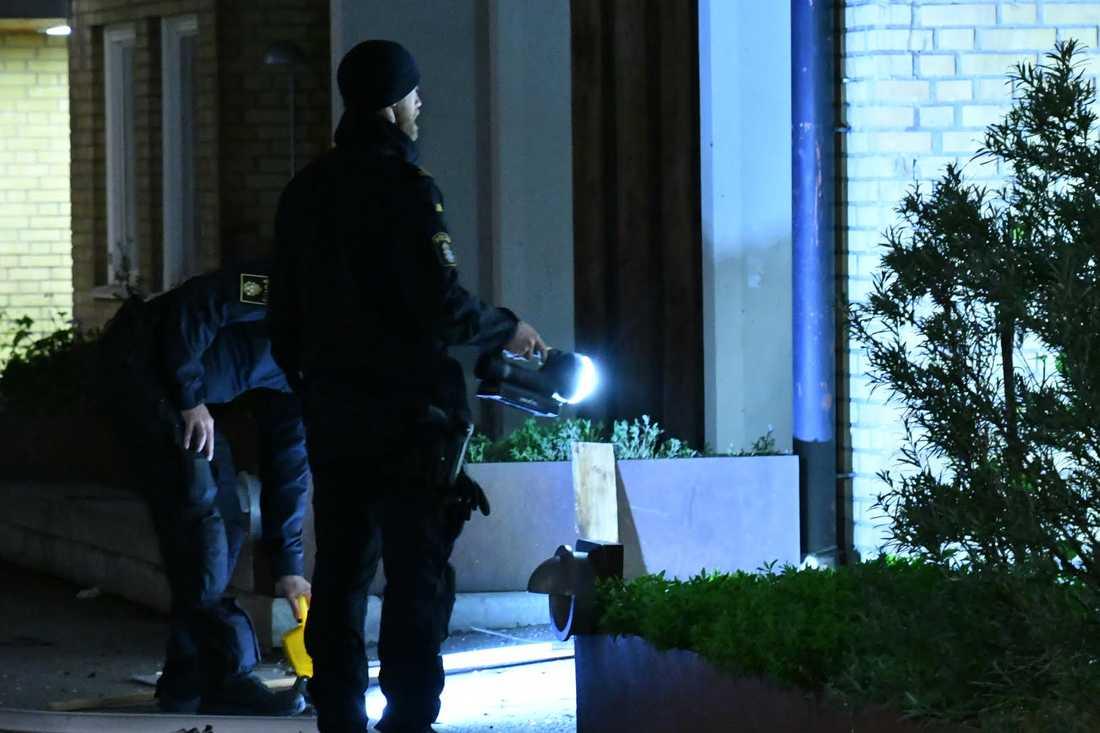 Polisen på plats utanför flerfamiljshuset där någonting exploderade under natten till onsdagen.