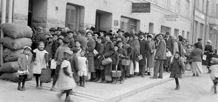 Kö utanför mataffär på Södermannagatan i Stockholm 1917.