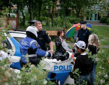 Polisen hörde i går ett tiotal personer, bland annat flera barn som befunnit sig vid lekplatsen där flickan kan ha förts bort.