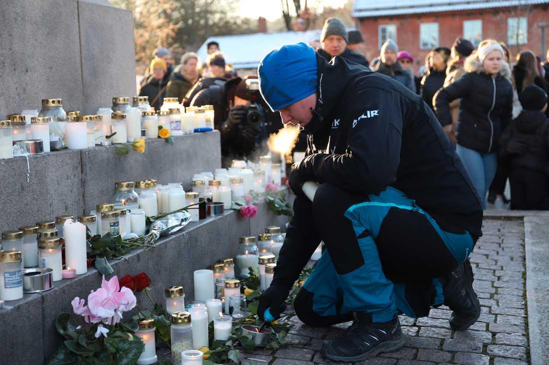 Hundratals människor samlades i dag på Kungstorget i Uddevalla för en minnesstund för 17-åriga Wilma Andersson. Daniel Brodin från frivilligorganisationen FIKK var en av deltagarna.