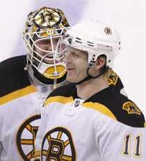 Bostons målvakt Tim Thomas och Per-Johan Axelsson skrattar ihop efter straffavgörandet mot Ottawa.