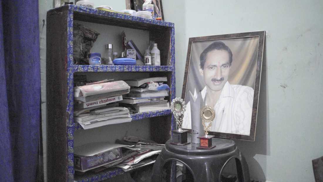 Den indiske journalisten Jagendra Singh brändes till döds sedan han avslöjat en mäktig politikers misstänkta band till olaglig sandbrytning.