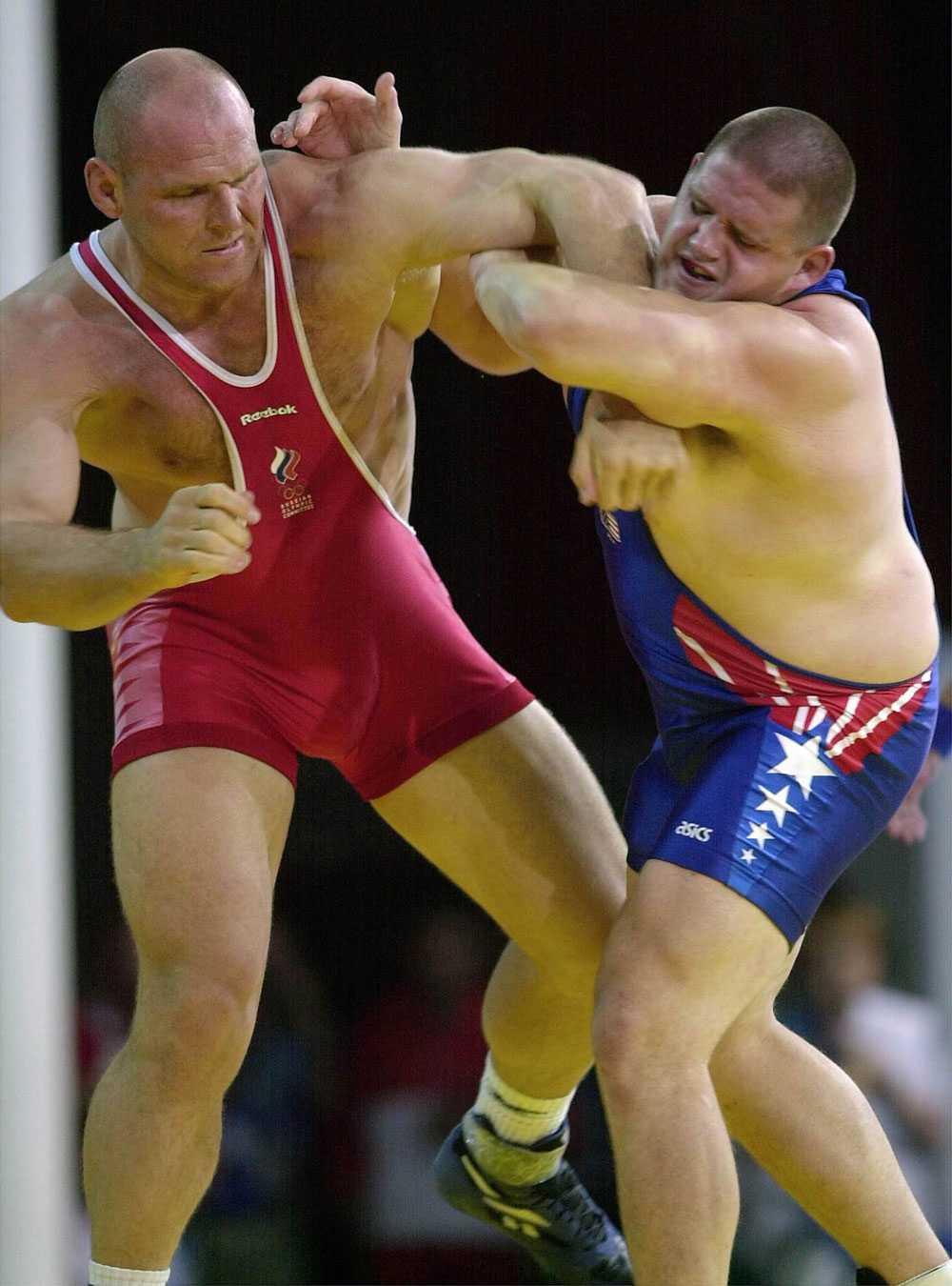 Rulon Gardner till höger försöker få ett grepp på Alexander Karelin.