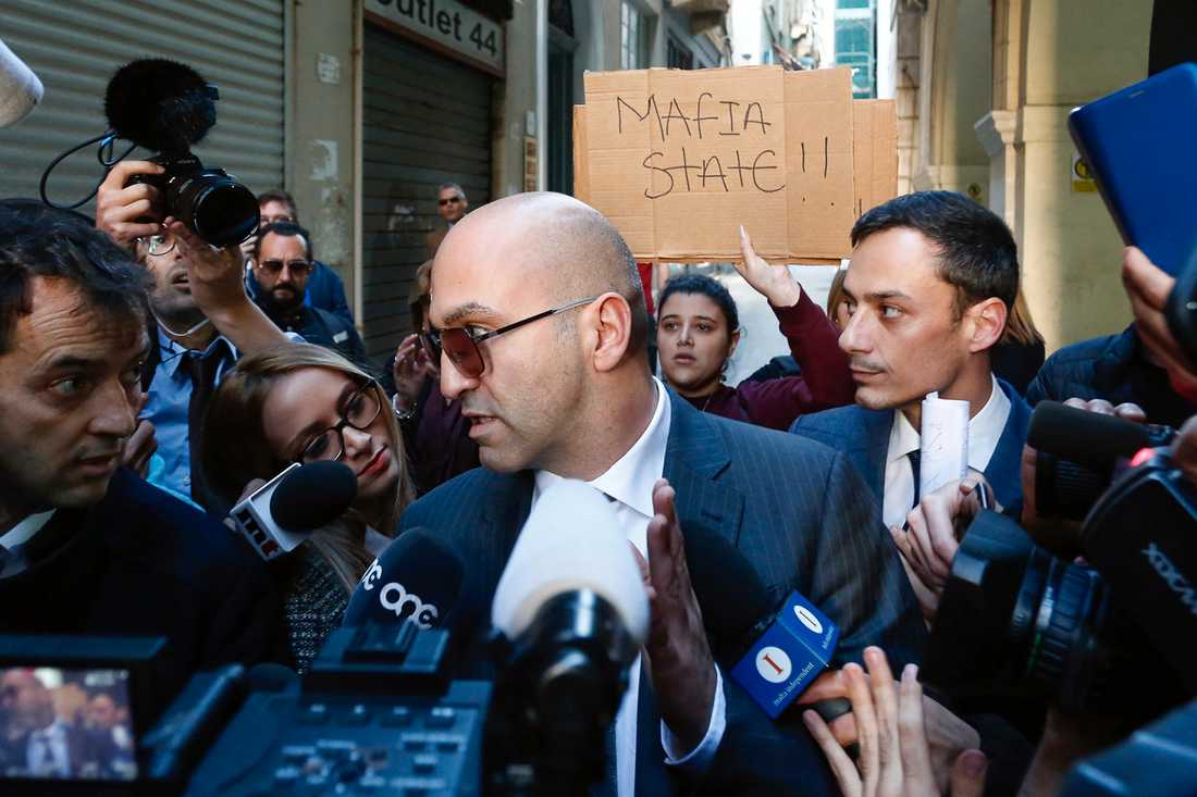Den maltesiske affärsmannen Yorgen Fenech möter allmänheten i Valletta efter att ha försökt blanda in regeringens tidigare stabschef i mordkomplotten i domstol.