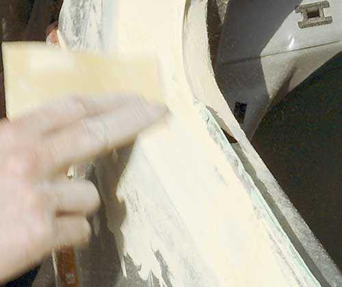 8. Slipa till rätt kontur När spacklet härdat slipas det till rätt kontur. Även nu använder jag 120-papper, antingen för hand med papperet runt en slipkloss, eller med hjälp av en oscillerande eller roterande slipmaskin. Denna slipning bör göras så mycket som möjligt i spacklet och så lite som möjligt i lacken. När ytan har rätt form ritas några streck med en blyerstpenna över ytan. Därefter finputsas ytan för hand med en slipkloss och 180-papper. Jag drar några tag över ytan från olika håll och blyertsstrecken visar om ytan är för låg någonstans. Här gäller det att använda en slipkloss som är slät och plan och som precis täcker skadeytan. En större slipkloss slipar onödigt stor yta. Det gäller att hålla skadeytan så liten som möjligt. Om det visar sig att man måste lägga på ett spackelskikt till så är det bara att tvätta och blåsa ytan samt märka ut var spacklet ska läggas på med en blyertspenna och följa alla de ovanstående punkterna.
