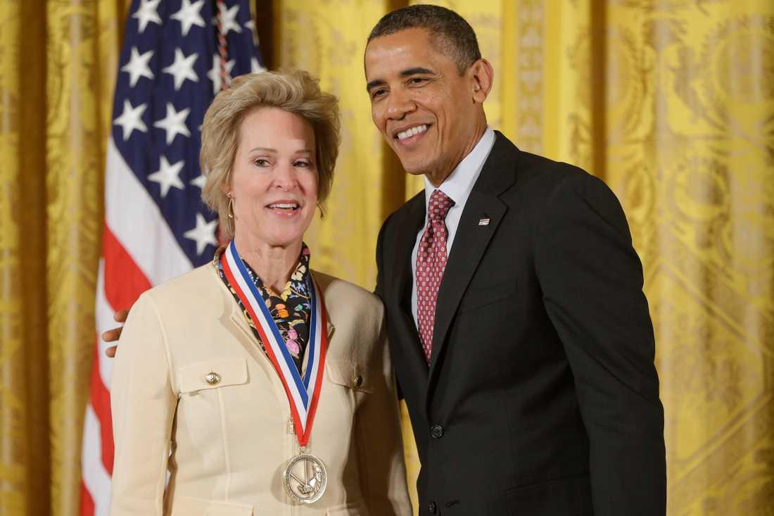 En av många utmärkelser som tilldelats Frances Arnold är National Medal of Technology and Innovation. Priset delades ut av dåvarande presidenten Barack Obama.