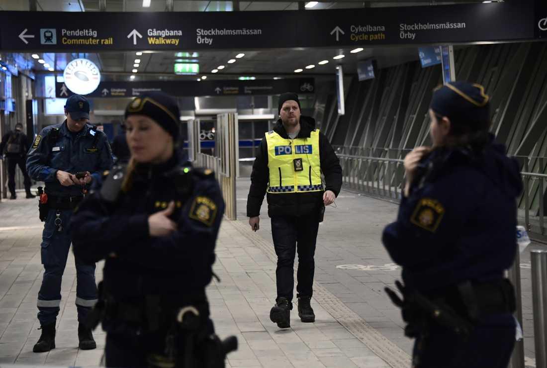 Stationen i Älvsjö hålls stängd efter dödsskjutningen.