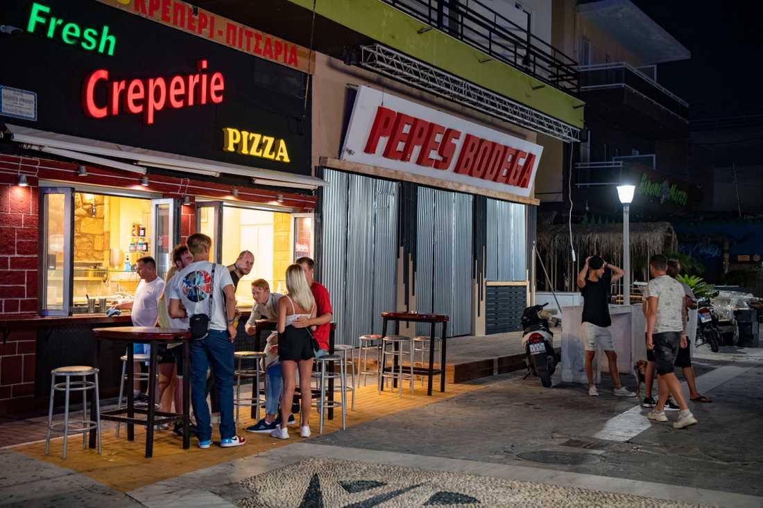Bargatan på Rhodos är nästan helt tom. I morgon öppnar första klubben på gatan.