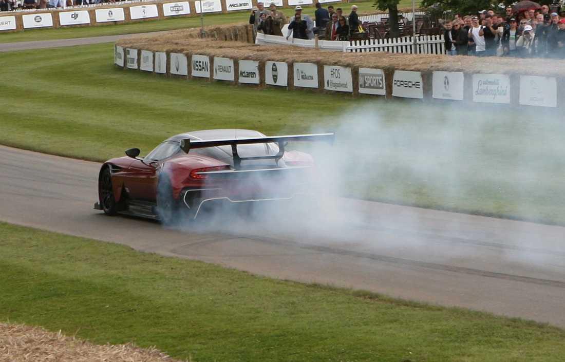 En av endast 24 Aston Martin Vulcan visar upp sig för publiken.