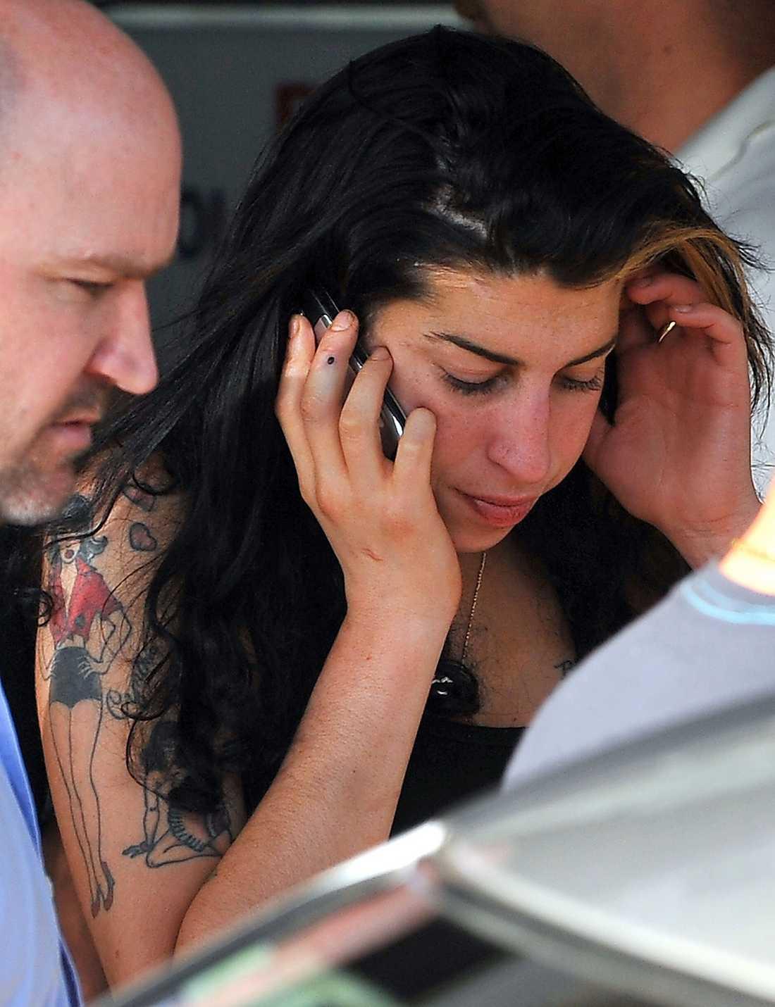 Amy Winehouse anländer till Belgrad för spelningen som sedan slutar i kaos.