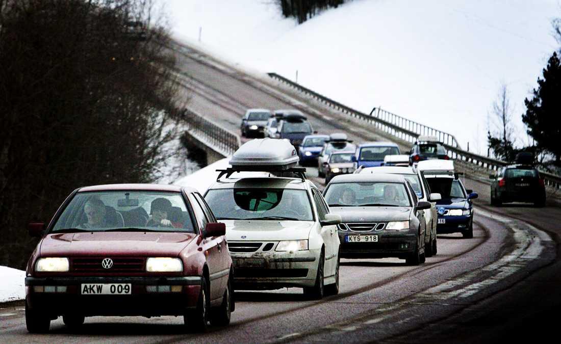Cirka två tredjedelar av alla dödsolyckor på vintervägar startar med en sladd. Med fullastad takbox förändras bilens köregenskaper.