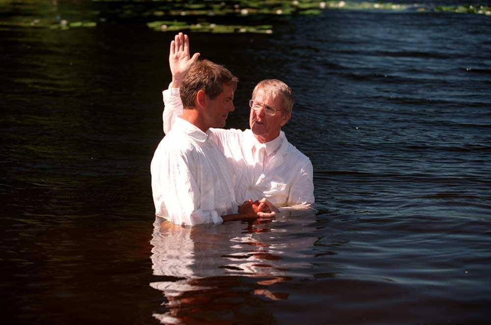 Lars-Inge Svartenbrandt döps av Göte Edelbring vid LP-stiftelsens hem i Åsbro 1995.