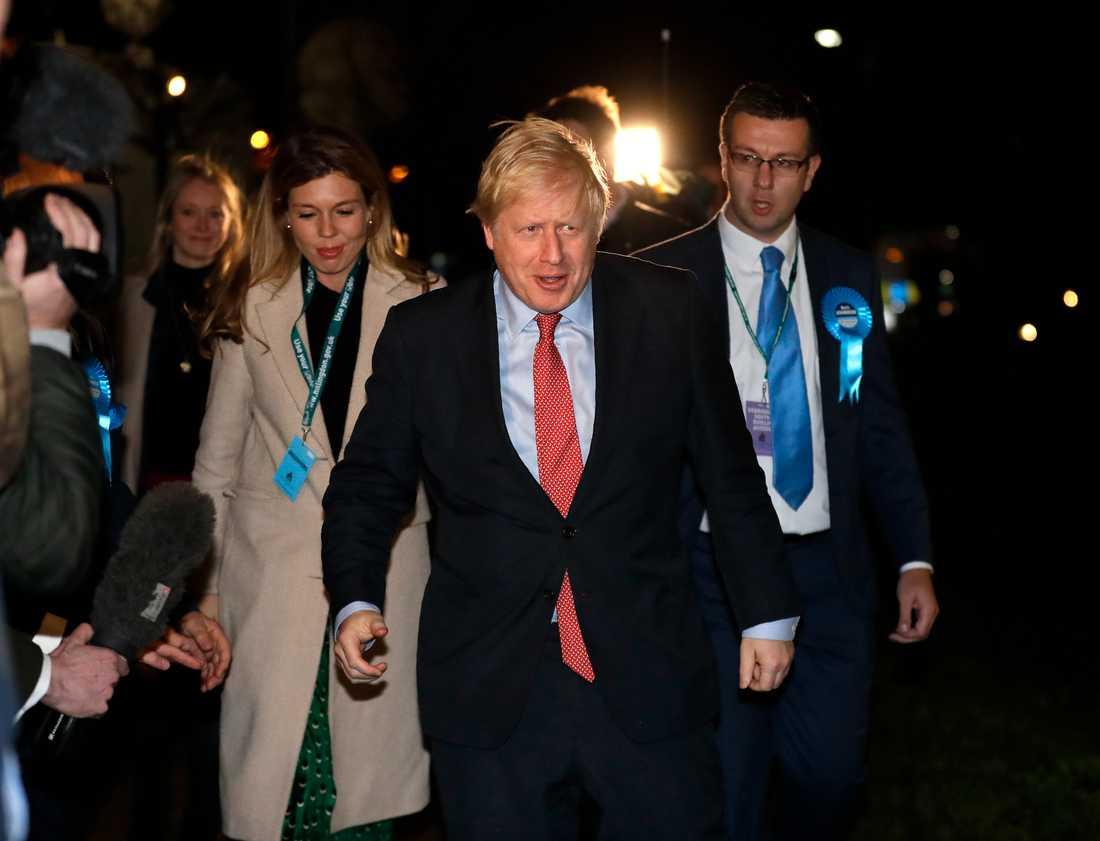 Storbritanniens premiärminister Boris Johnson anländer till sin valkrets Uxbridge under natten till fredag.