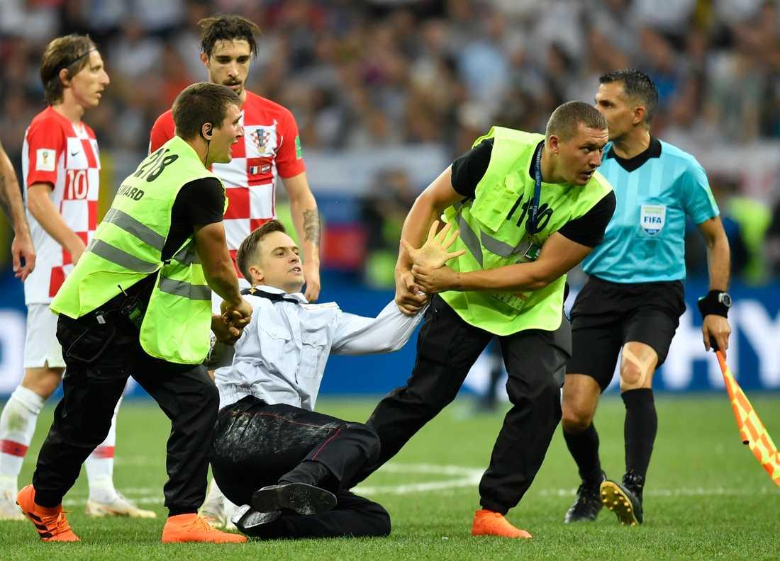 Pjotr Verzilov stormade in och greps på planen vid finalen i fotbolls-VM i Moskva.