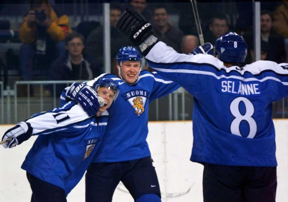 Saku Koivu, Janne Niinimaa och Teemu Selänne jublar efter 2–0 mot Sverige i OS i Nagano 1998. Finland vann matchen med 2–1.