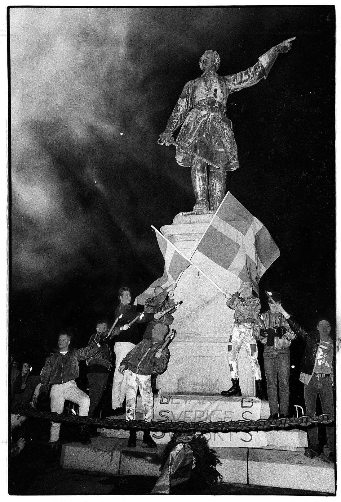 Bevara Sverige Svensk-aktivister vid Karl XII:s staty i Stockholm i november 1984.