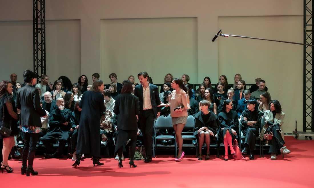 """Alex Schulman och Camilla Läckberg är två av de kändisar som sitter på första parkett under inspelningen av Ruben Östlunds nya film """"Triangle of sadness""""."""