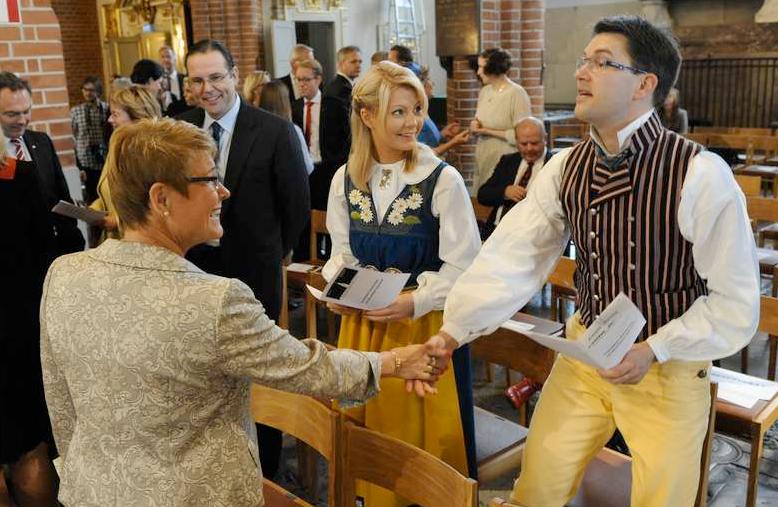 Gladare miner Bara minuter tidigare var det gladare miner i Storkyrkan, när Maud Olofsson hälsade på Jimmie Åkesson (SD) och hans flickvän Louise Erixson.