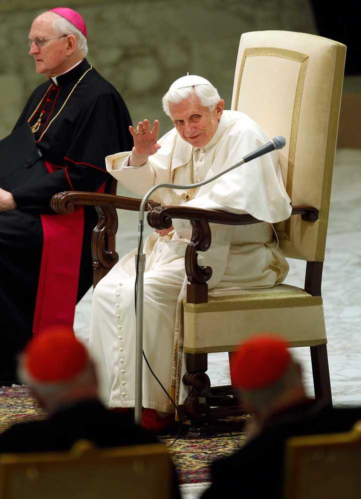 Påven vinkar.