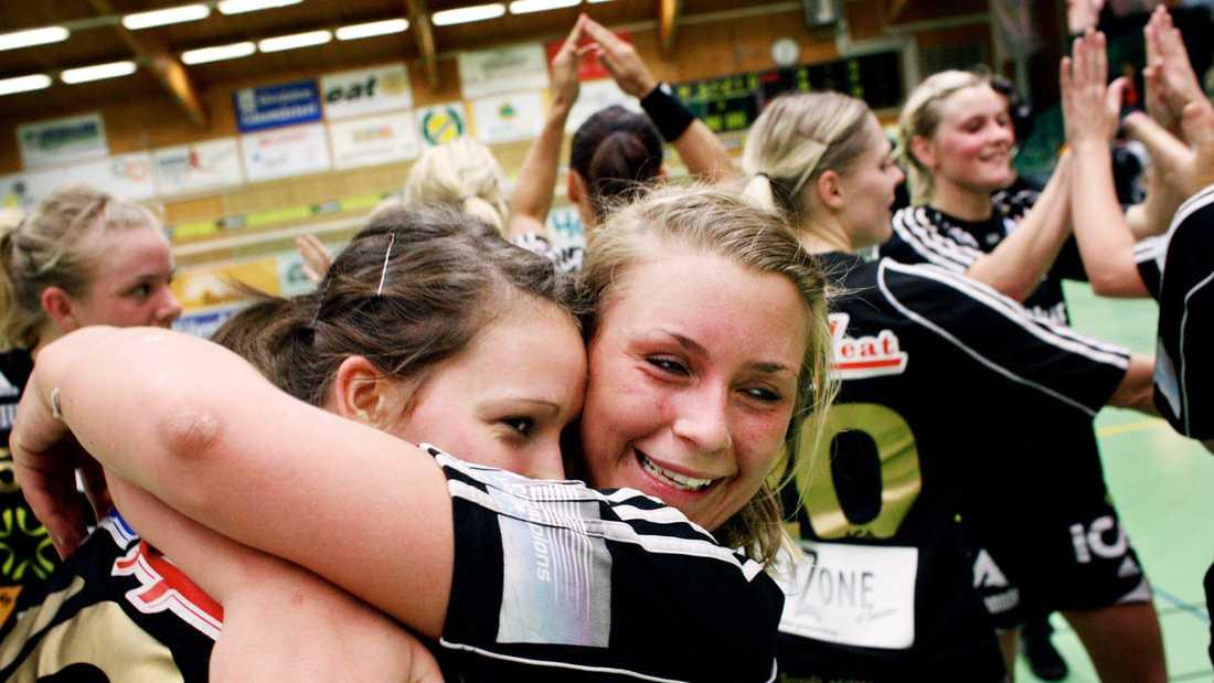 Isabelle Gulldén jublar tillsammans med Charlotte Barndt efter tre raka segrar mot Irsta Västerås i semifinalen 2008. I finalen i Globen förlorade Gulldéns Sävehof mot Skövde med 31-24.