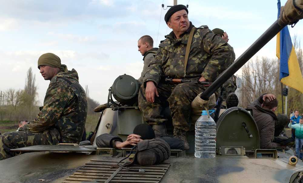 Ukrainska soldater lägger ned vapnen efter att ha konfronterats av proryska civila