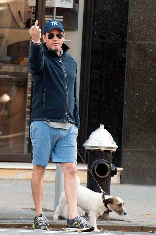VÅR NYA PRINS? Prinsessan Madeleines fästman Chris O'Neill gav nyligen fingret till en paparazzifotograf. Absolut inte ok, tycker Herman Lindqvist, nu när Chris är en offentlig person.