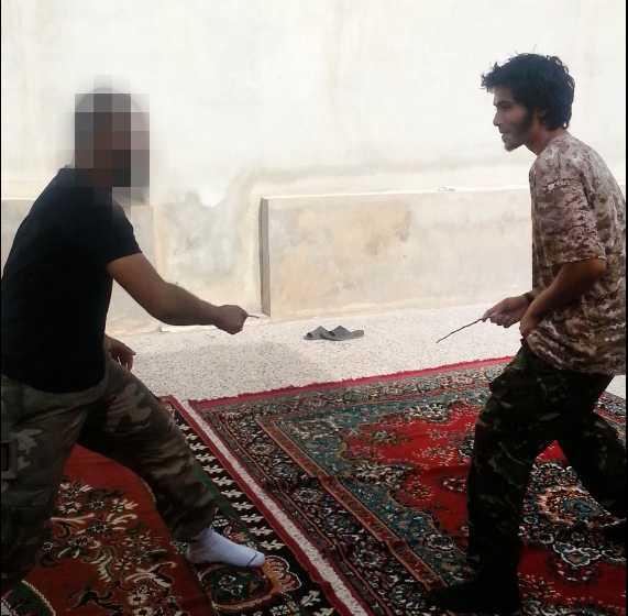 Som tidsfördriv och träning slåss de unga IS-anhängarna med pinnar som ska motsvara knivar.