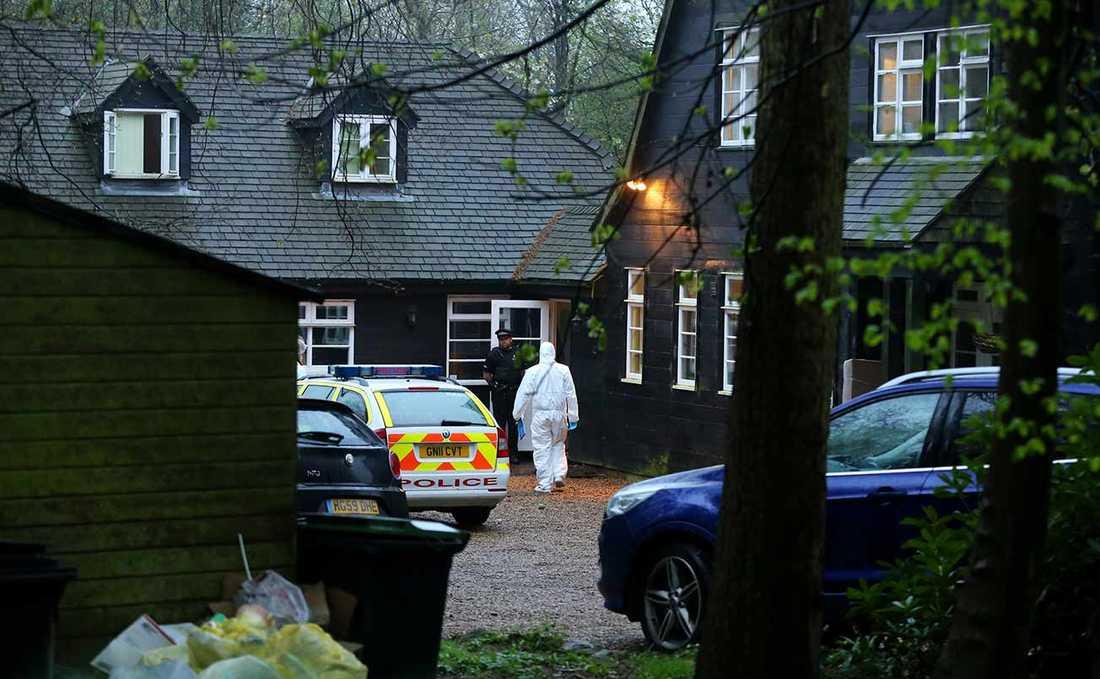 Polis anländer till Peaches Geldofs hus i Wrotham, Kent.