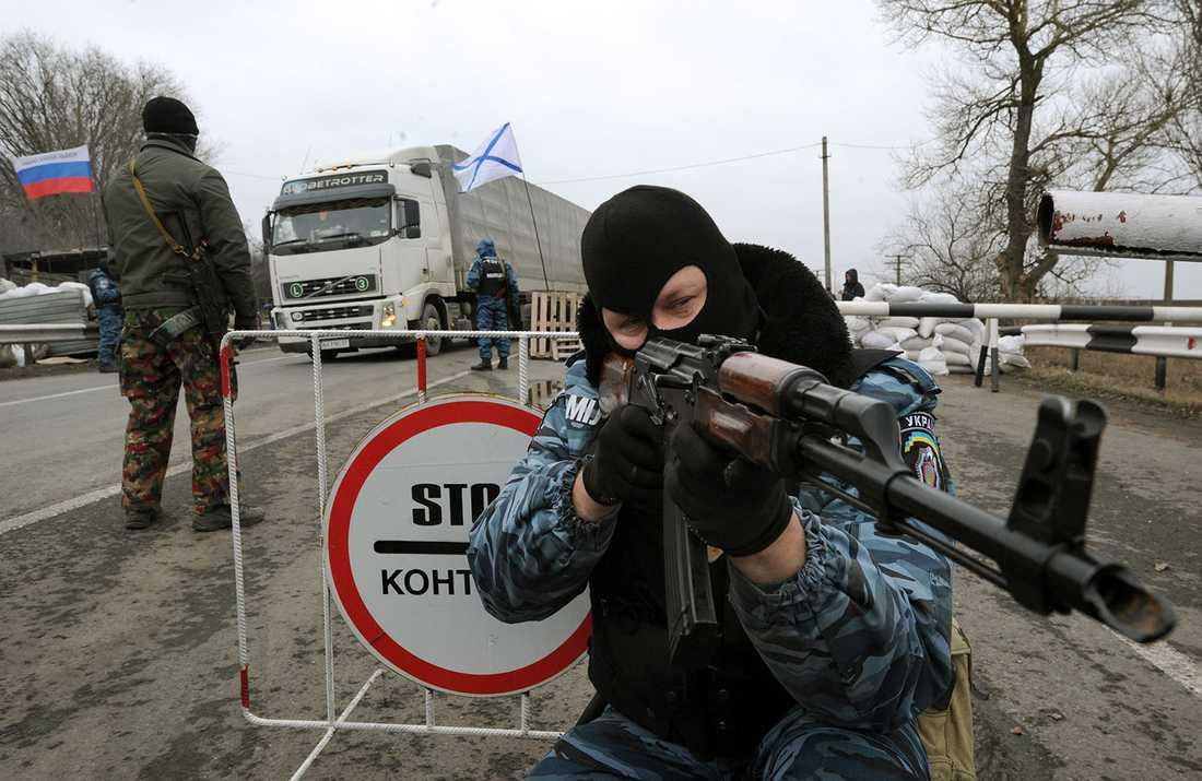 En maskerad, beväpnad, man som säger sig tillhöra upplösta polisen Berkut.