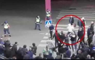 Dramatiska scener efter matchen mellan AIK och Djurgården. En man kastar en vägkon mot en av ordningsvakterna.