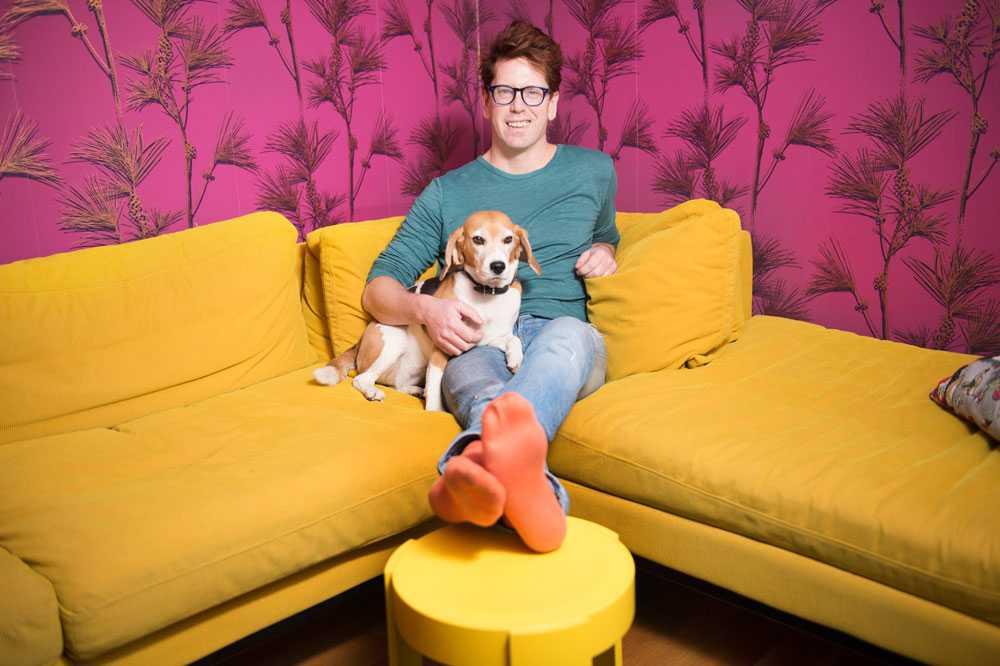 VI GÅR MOT LJUSARE TIDER  Att gult blivit poppis kan enligt trendanalytikern Stefan Nilsson tolkas som att lågkonjunkturen är på väg att ge vika. Själv älskar han sin knallgula soffa.