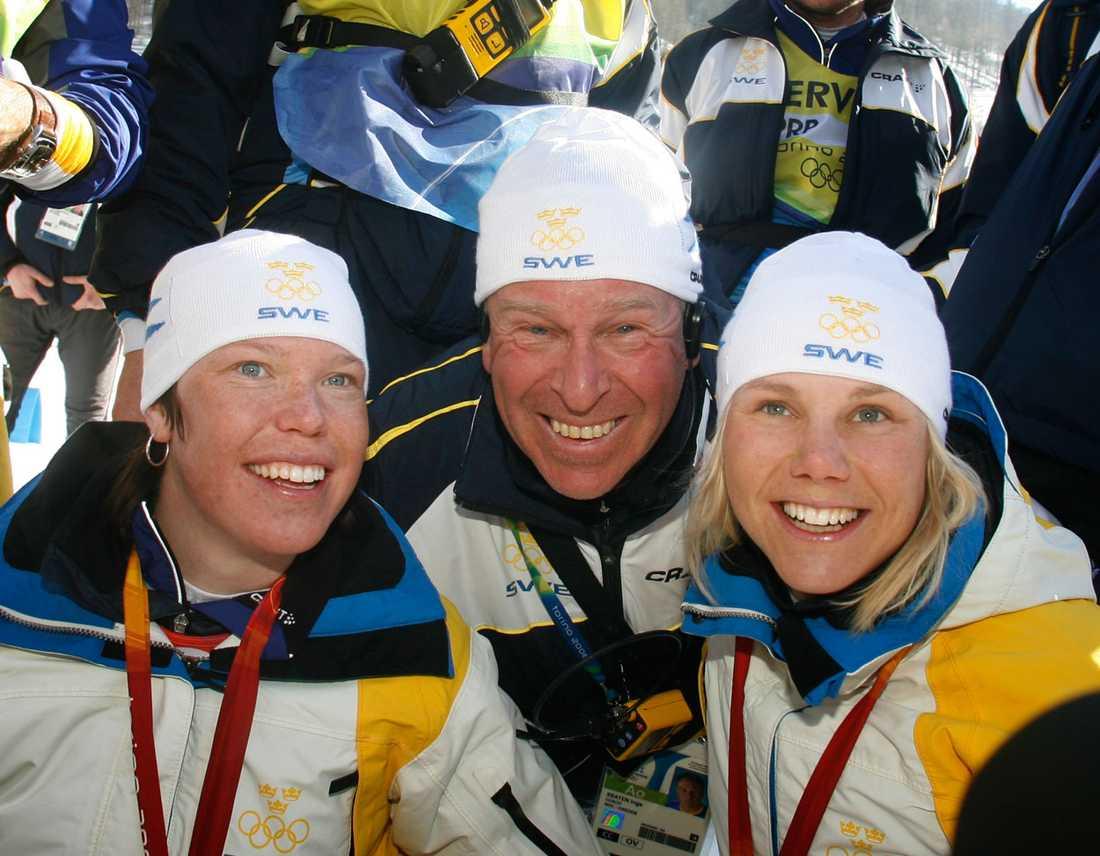 Inge Bråten firar OS-guldet i sprint 2006 med Lina Andersson och Anna Dahlberg.