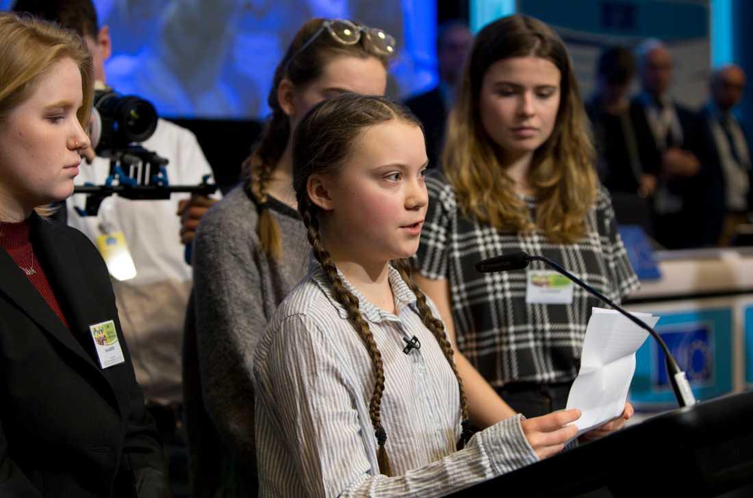 Greta Thunberg håller tal i Bryssel, omgiven av andra unga klimataktivister som belgiska Kyra Gantois (till vänster) och tyska Luisa Neubauer (till höger).