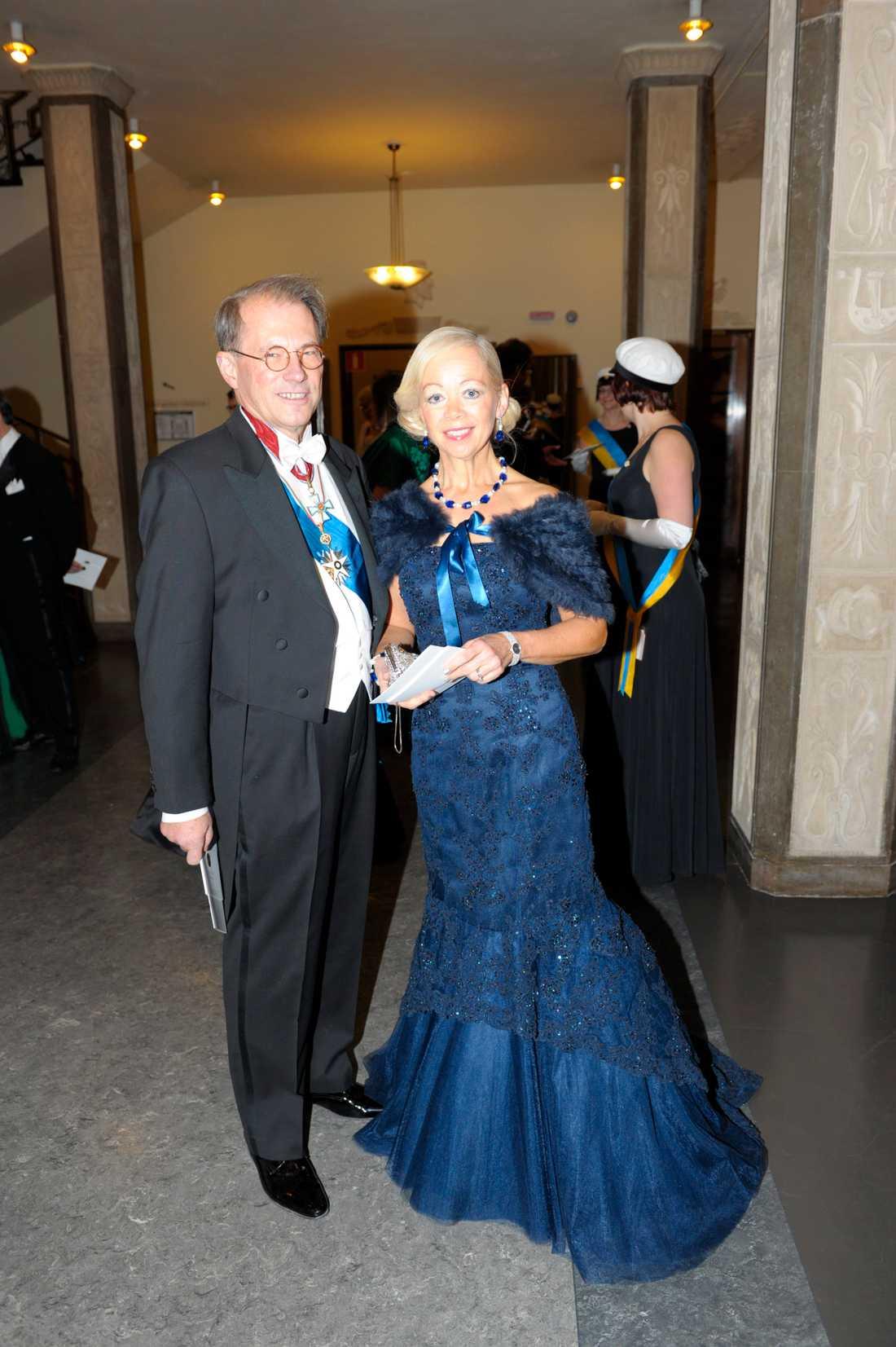 Ylwa Westerberg har även hon satsat på poppis-fägen blått. Den verkar vara axelbandslös och hon har matchat snyggt med halsbandet. Modellen klär henne!