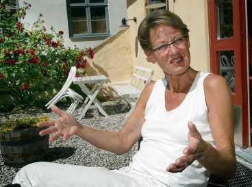 """Alkoholistfälla Gudrun Schyman oroas av att kvinnor över fyrtio dricker allt mer. Lådvinerna gör missbruket lättare att dölja. """"Många kvinnor använder vin som """"medicin"""" för att komma undan all stress. Vinet står där på diskbänken och ingen ser hur mycket du har druckit"""", säger hon."""