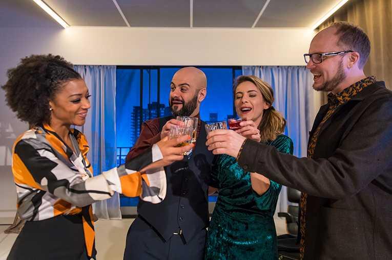Anna Sise, Shebly Niavarani, Malin Crépin och Emil Almén i Onåd av Ayad Akhtar.