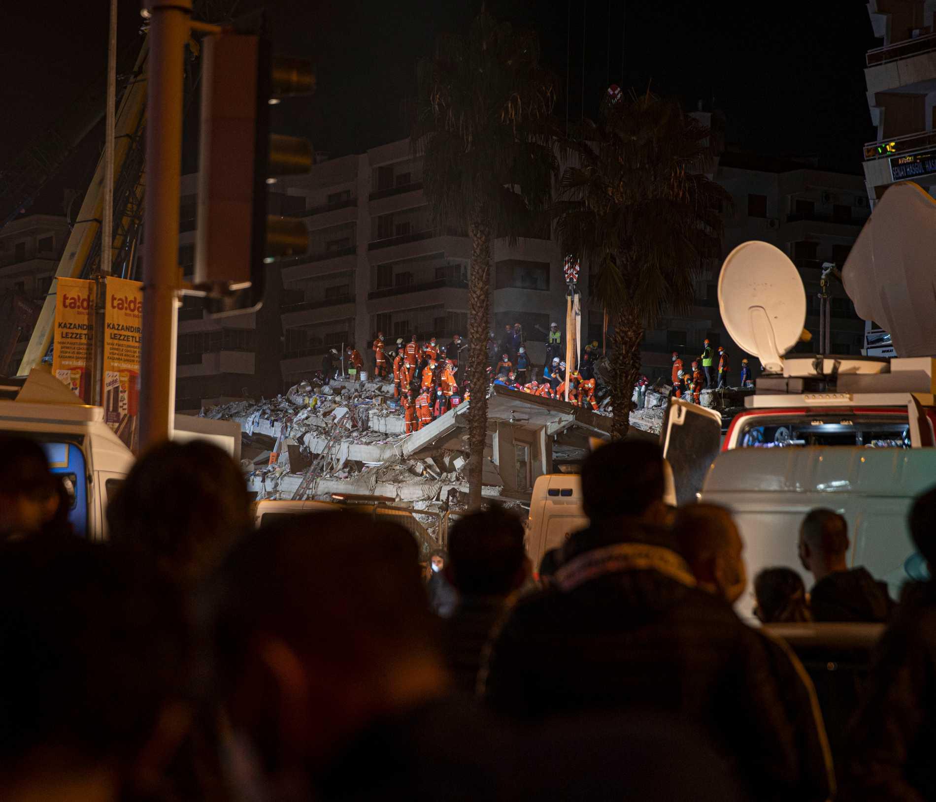 Räddningsarbetare vid raserade byggnader i utkanten av Izmir.