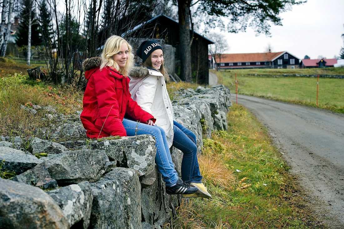 """Ida Bladin och Märta Fahlberg har höstlov. """"Det är skönt att slippa alla vinterkläder"""", säger Ida."""